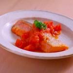 焼き鮭のにんにくトマトバターソースがけ