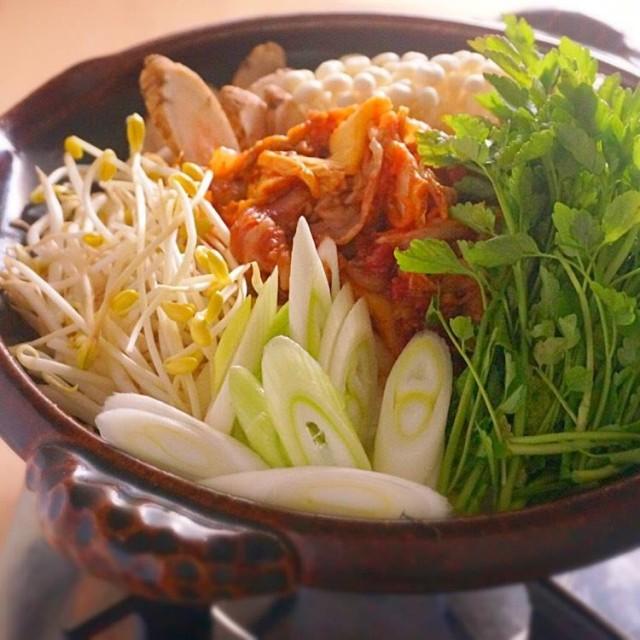 肉とキムチを焼いてから煮込むのがポイント!豚キムチ鍋