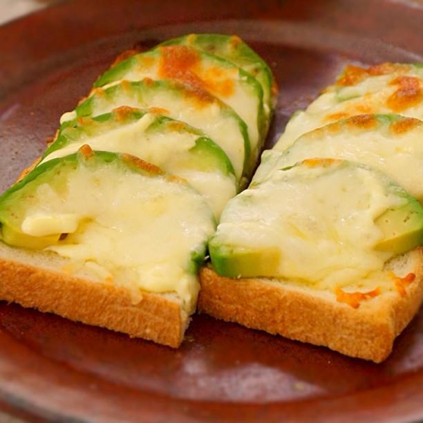 とろ〜り、アボカドチーズトースト