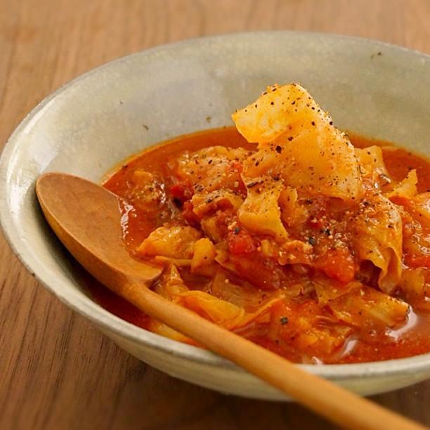手軽な煮込み料理、鶏肉とキャベツのトマト煮込み