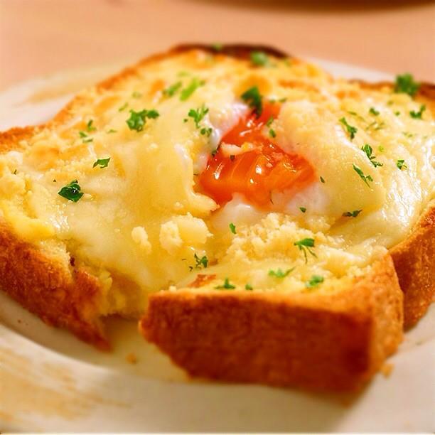 ダブルのとろ〜り、温玉のせチーズトースト