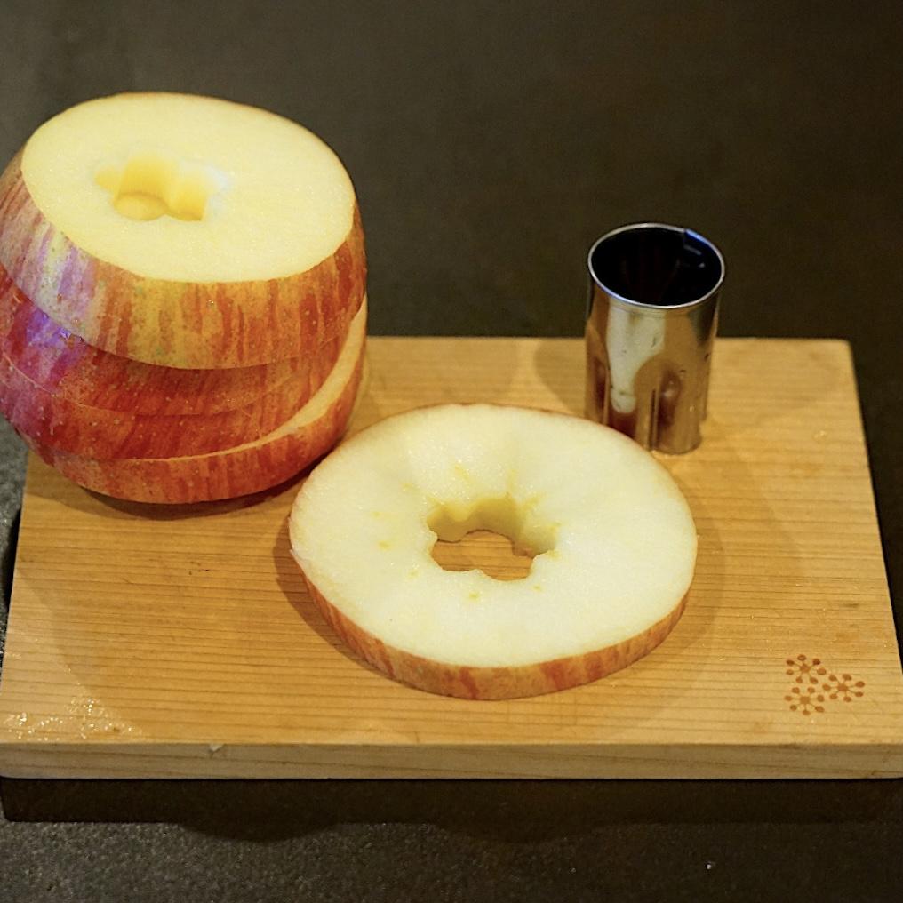 りんごは輪切りで皮ごといただきます!